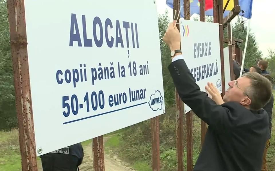 Дорин Киртоакэ нацепил бумажки с предвыборными лозунгами на пограничное ограждение, для кого - непонятно. Фото: скриншот видео