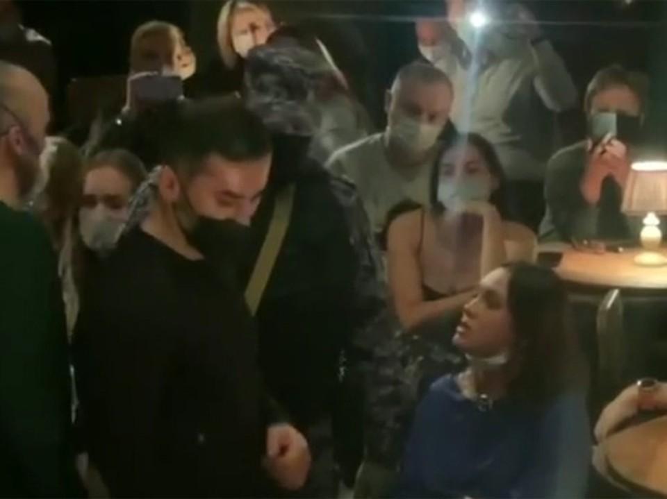 В театре на Таганке не могли начать спектакль: зрительница отказывалась надевать маску
