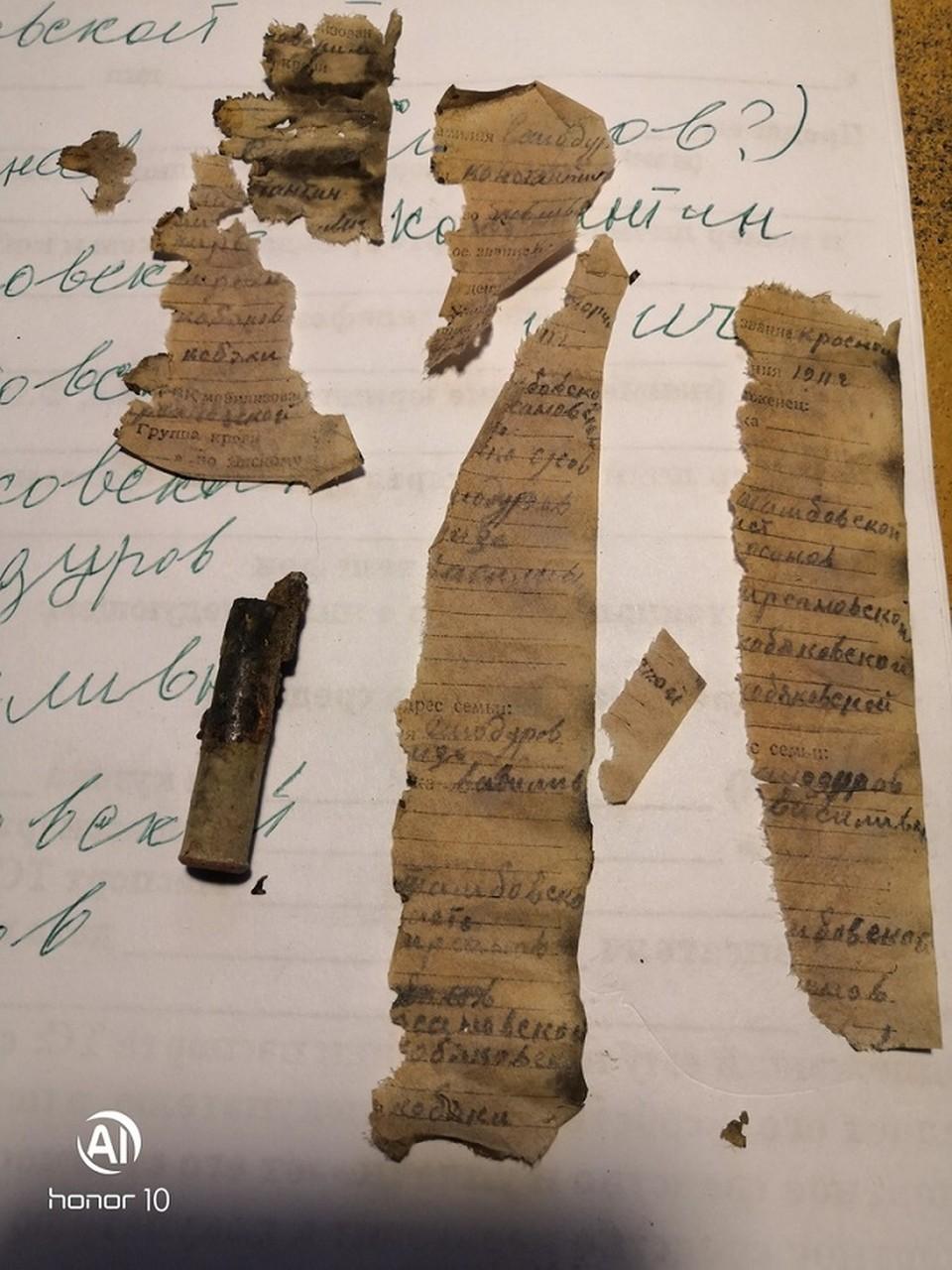 На фото - гильза бойца, в которой была размещена записка, расшифровав которую, поисковики установили, что солдат - уроженец Тамбовщины