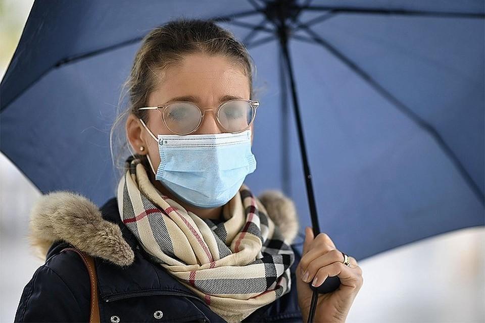 В Париже и других крупных городах Франции ввели комендантский час, чтобы сдержать распространение коронавируса.