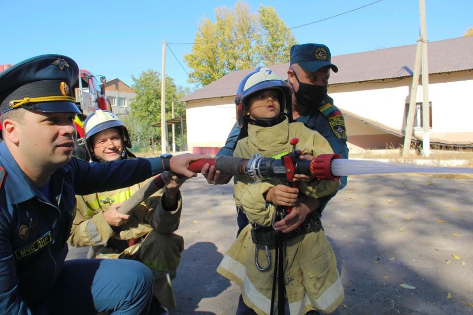 Целый день Никита провел в пожарно-спасательной части. Фото: dnmchs.ru
