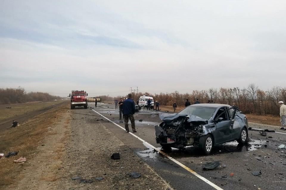 В результате столкновения автомобили разбросало по всей проезжей части, цистерна отлетела и все содержимое оказалось на асфальте.