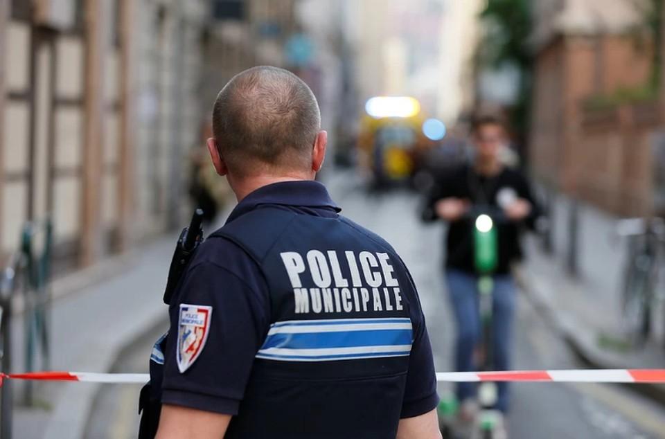 Полиция застрелила мужчину, обезглавившего человека в пригороде Парижа