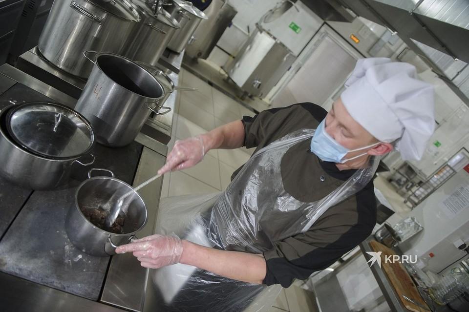 На армейской кухне, как и на обычной, повар должен носить специальный колпак на голове.