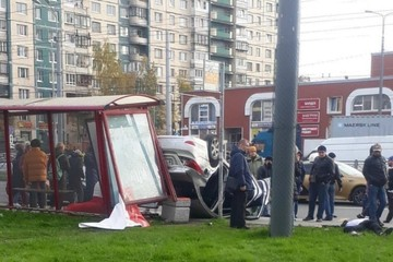 Иномарка влетела в остановку с людьми на проспекте Косыгина, есть пострадавшие