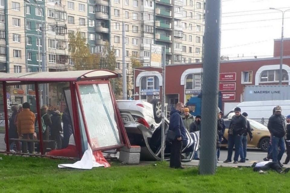 На Косыгина иномарка влетела в остановку. Фото: vk.com/ladozhskaya_spb