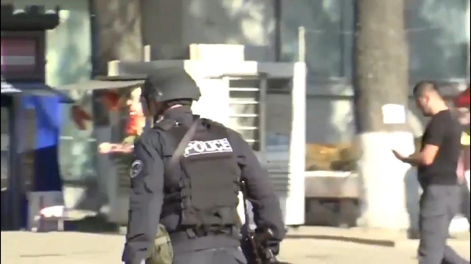 Еще двое заложников освобождены из банка в Грузии.