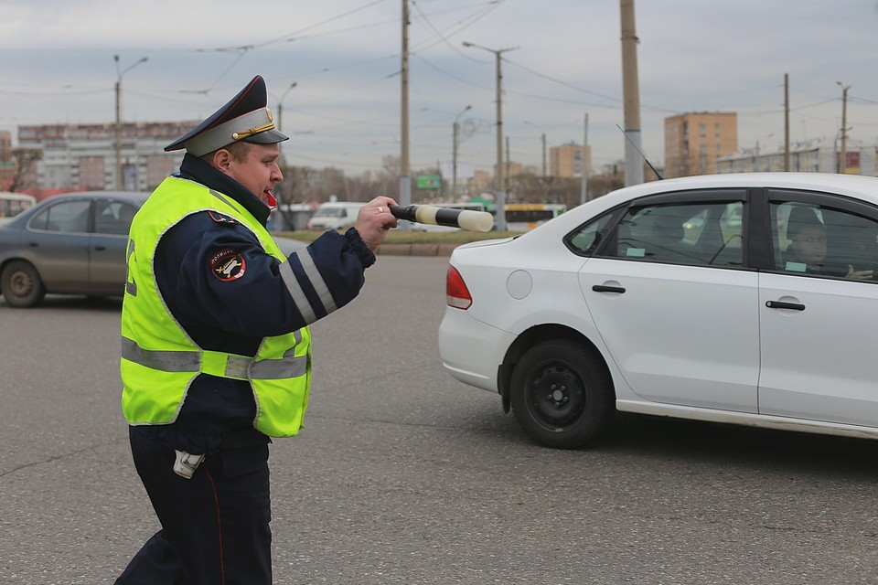 В Туве нетрезвая женщина водитель укусила инспектора ГИБДД и пустилась в бега