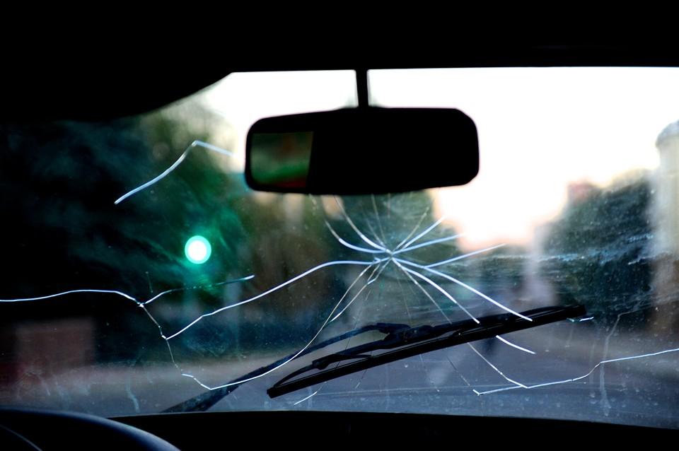 На трассе под Омском водитель на скользкой дороге улетел в кювет.