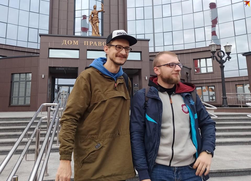 Брестские журналисты Роман Чмель (слева) и Максим Хлебец возле Дома правосудия в Бресте.