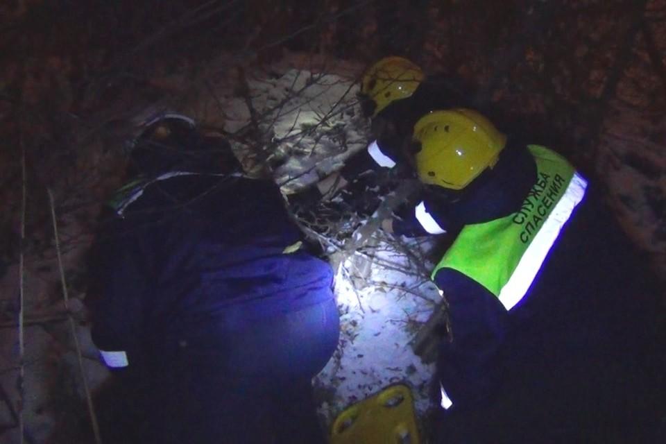 Женщину в овраге обнаружили кемеровские спасатели. ФОТО: пресс-служба Кемеровской службы спасения