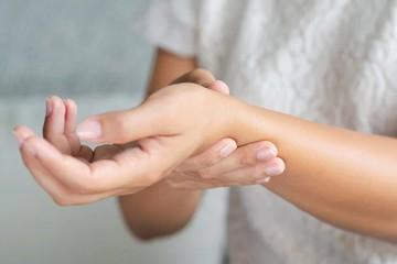 Растяжение запястья руки у взрослых