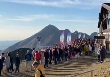 «Как в голодные годы - за колбасой»: в горах Сочи туристы простаивают в гигантских очередях на подъемники