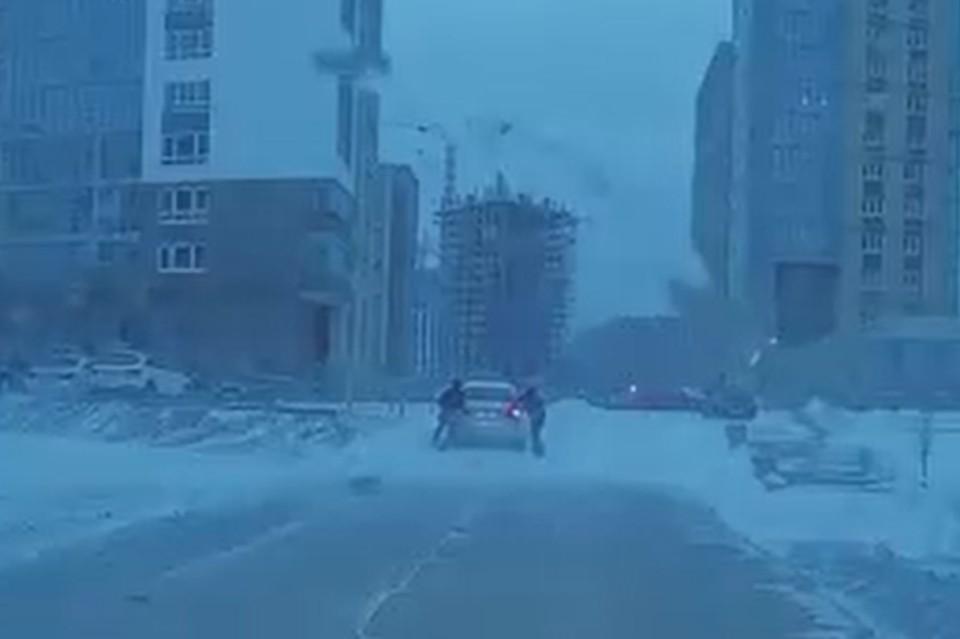Один из автомобилей на смог заехать в горку