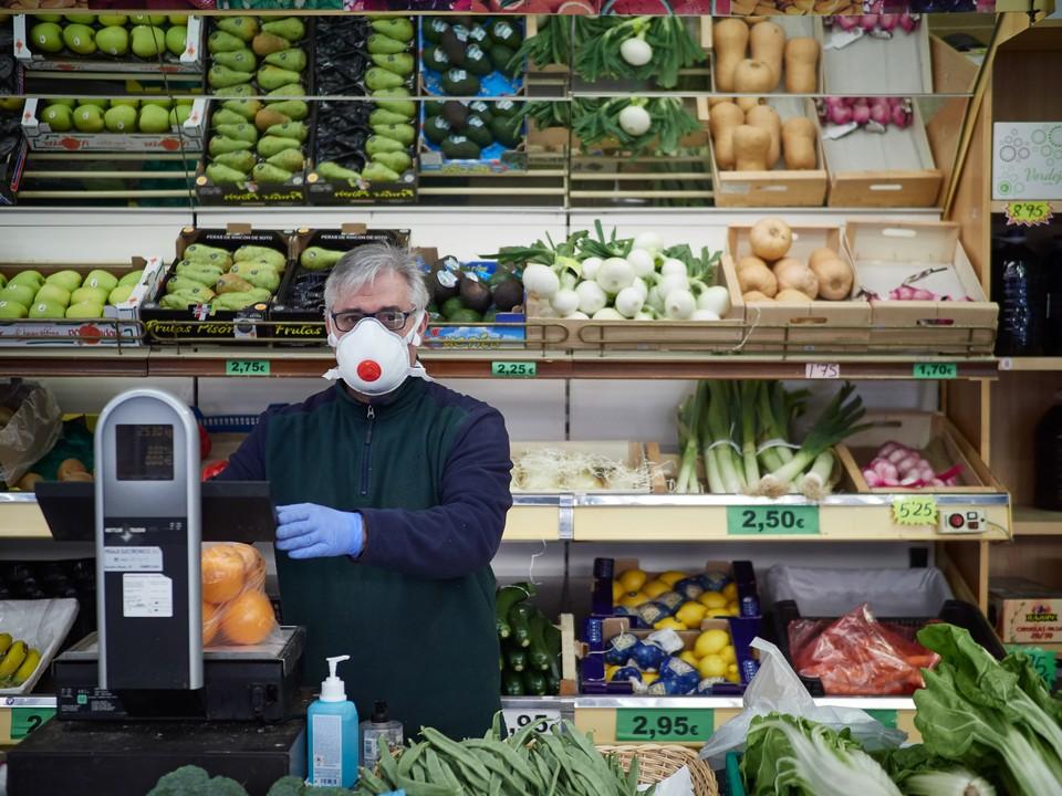 С 28 октября 2020 года абсолютно все граждане России обязаны носить маски, находясь в общественных местах