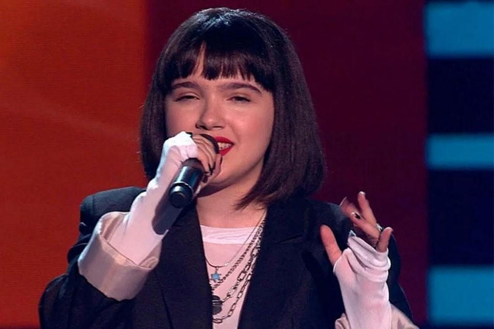 Скандал, вспыхнувший после того, как 18-летняя Александра Будникова спела в слепых прослушиваниях шоу «Голос-9», никак не утихает.