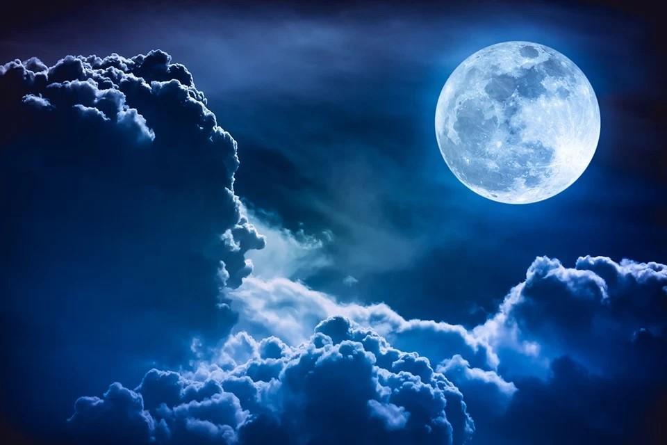 По-настоящему Луна окрашивается в голубой цвет, когда происходит совпадение полнолуния с прохождением Луной ближайшей к Земле точки ее орбиты. Фото: Shutterstock