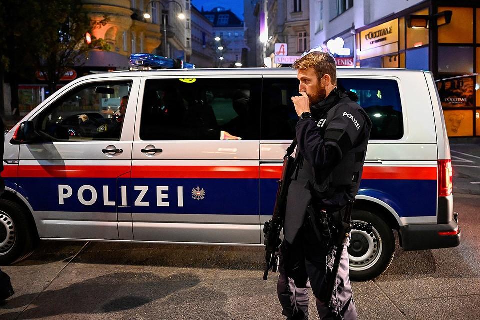 Полицейские на месте теракта в Вене вечером 2 ноября.
