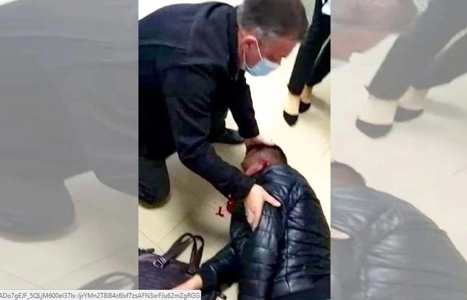 Волгоградцу проломили голову прямо в отделении банка. Фото - скрин видео ГУ МВД по Волгоградской области.