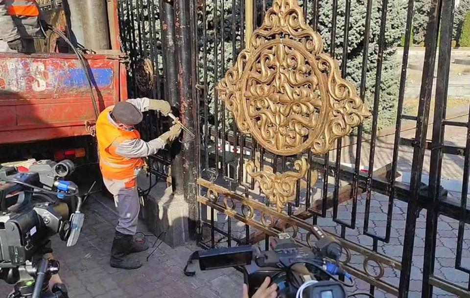 После третьей революции в Кыргызстане забор вокруг «Белого дома» решили убрать.