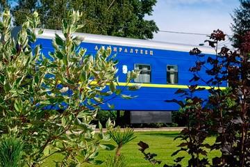 Музей, гостиница и взрослая игрушка: петербуржец построил на даче немецкий железнодорожный вагон
