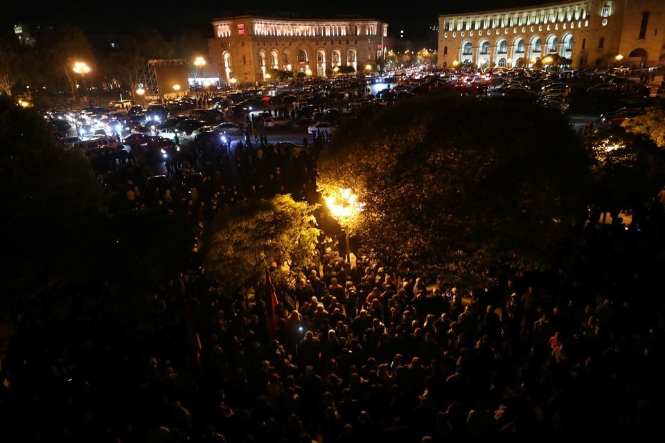 На улицы Еревана вышли тысячи недовольных.