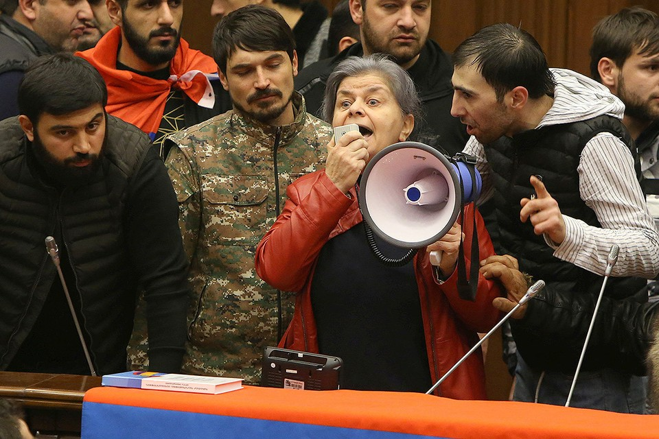 В ночь на 10 ноября недовольные подписанием мира в Нагорном Карабахе ворвались в здание парламента Армении.