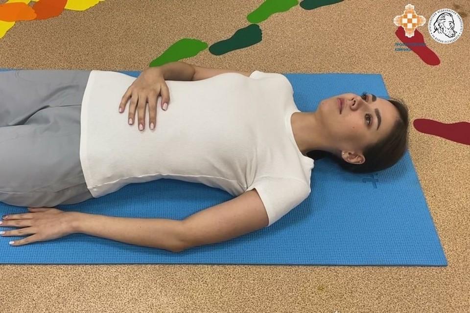 Врасноярские медики разработали специальные упражнения для тех, кто перенес COVID-19. Стоп-кадр видео КрасГМУ