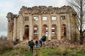 «Парфенон» с привидениями и родовое гнездо Врангелей: что будет с разрушенными историческими усадьбами Ленобласти