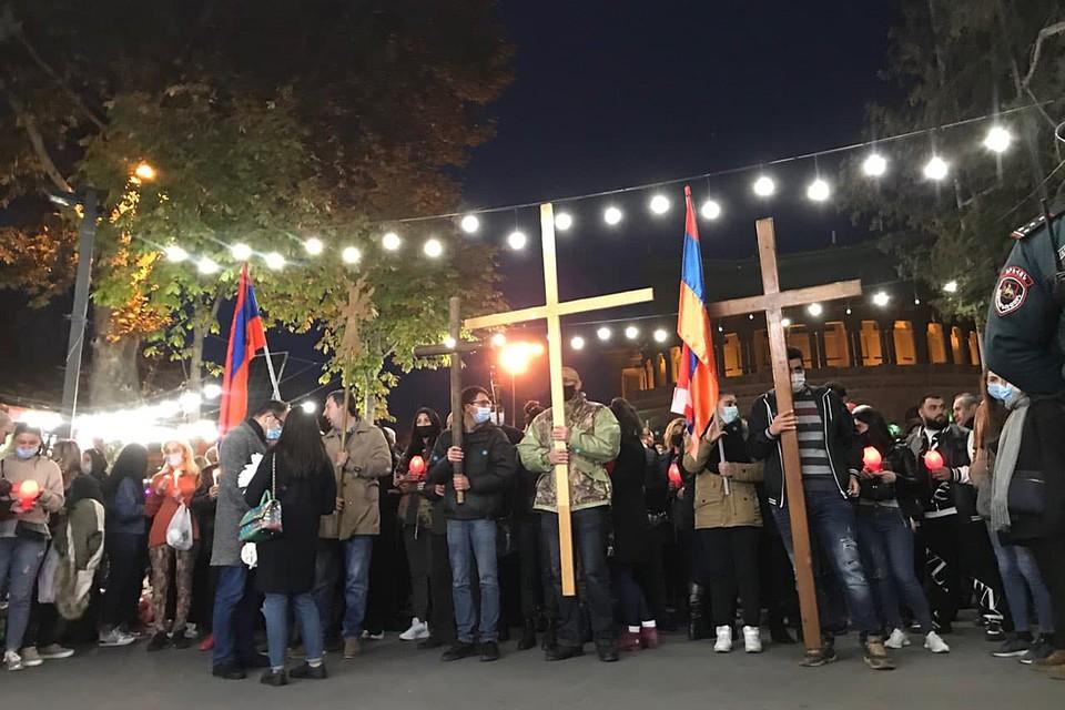 Сам траурный марш был похож на крестный ход - рядом с флагами несли православные кресты, иконы