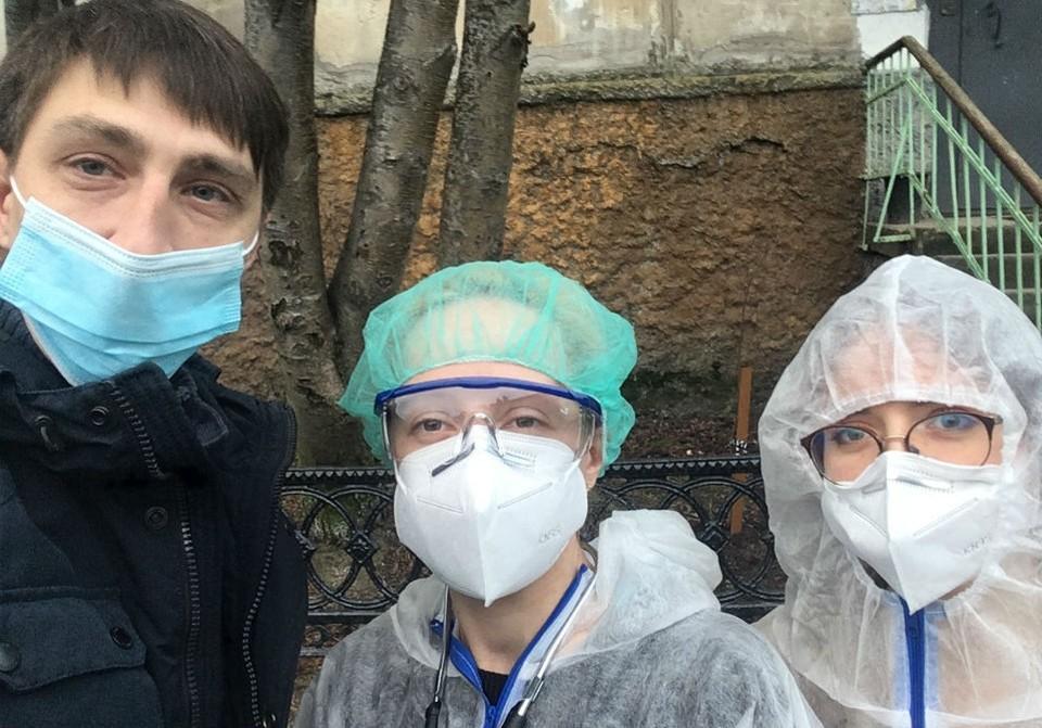 Виталий Буслаев на один день стал водителем-волонтером и помогал Валентине Колесник (в центре).