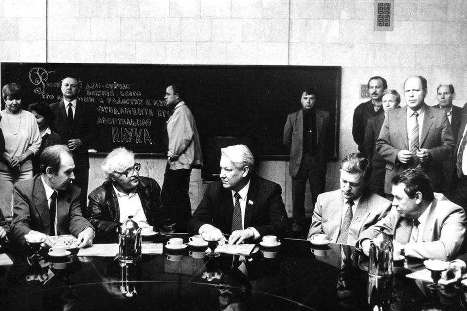 Побывав на заседании Совета «Сибирского соглашения», Борис Ельцин подписал стратегически важный документ. Фото: Государственный архив Новосибирской области