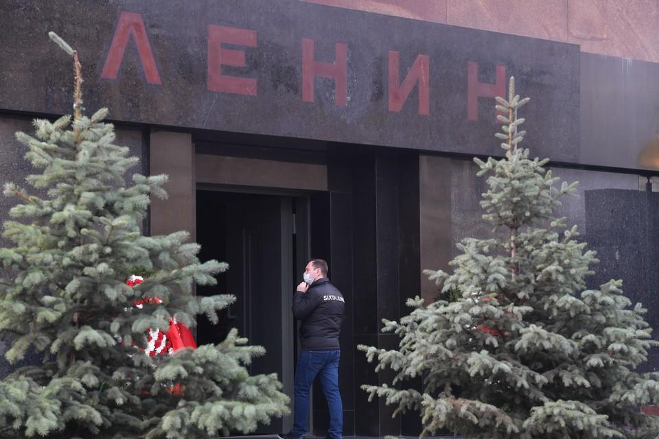 В столице закрывают от посетителей мавзолей Ленина.