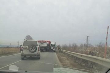 Четыре человека погибли и один пострадал при столкновении автокрана и джипа на Сахалине