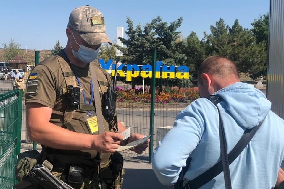 С украинскими пластиковыми паспортами проблемы по обе стороны границы. Фото: ГПСУ