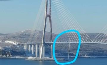 Из-за сильного обледенения на одной из вант Русского моста повредилась оболочка