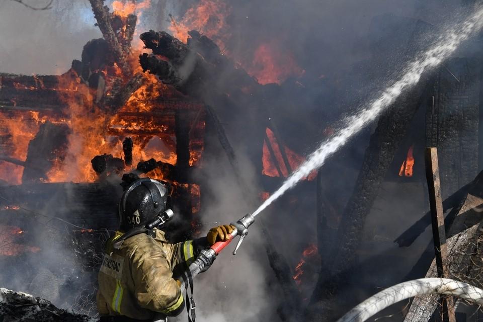 По предварительной информации, огонь в доме мог разгореться из-за нарушения правил пожарной безопасности при эксплуатации печи.
