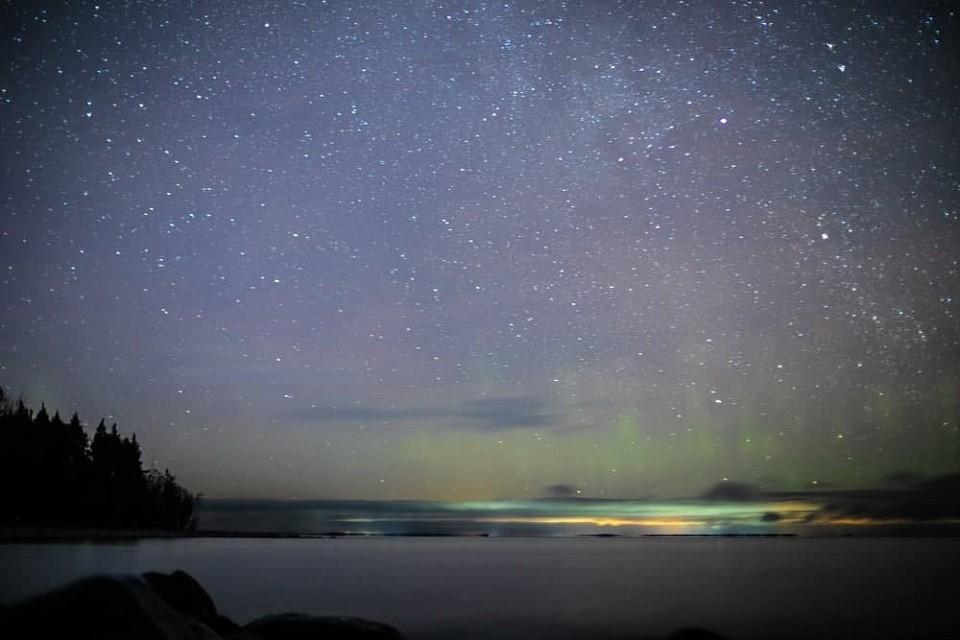 """Метеоритный дождь на фоне северного сияния удалось заснять над Ладожским озером. Фото: Телеграм-канал """"Астро фото болото"""". / https://t.me/astrophotoboloto"""