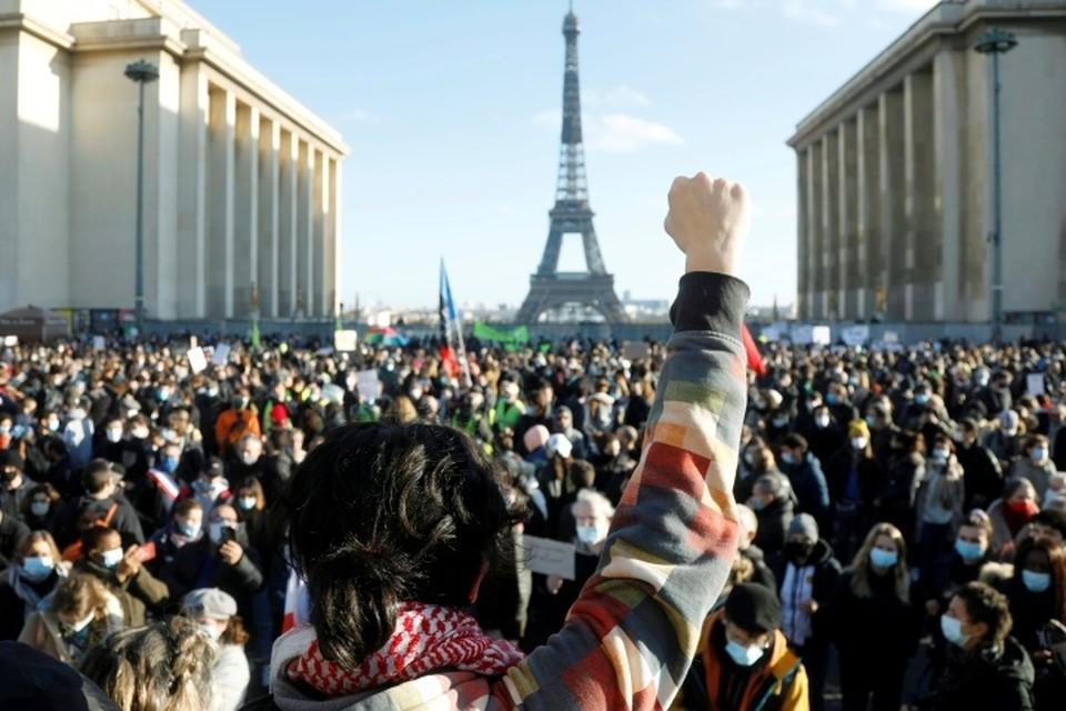 Акция протеста против закона «О глобальной безопасности» в Париже