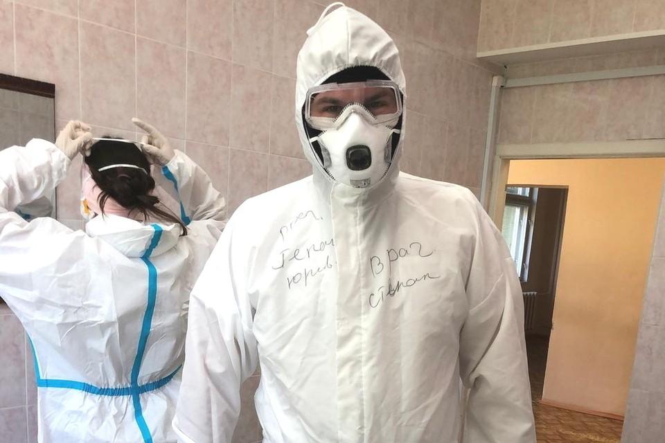 Врач Степан Пальчиков уже месяц занимается волонтерской работой, бесплатно консультируя больных коронавирусом и их близких