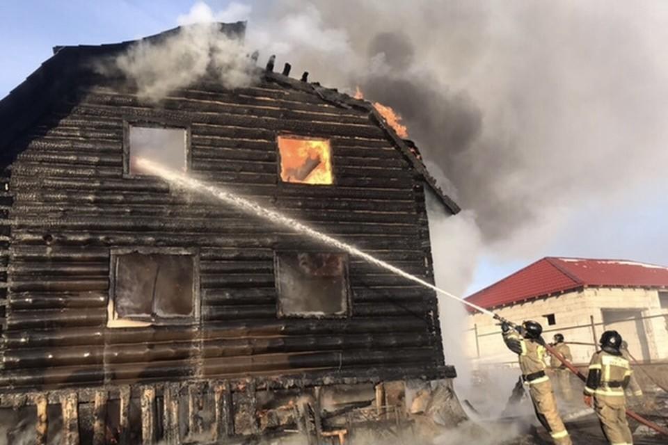 Под Копейском пожарные потушили двухэтажный деревянный дом. Фото: пресс-служба МЧС Челябинской области