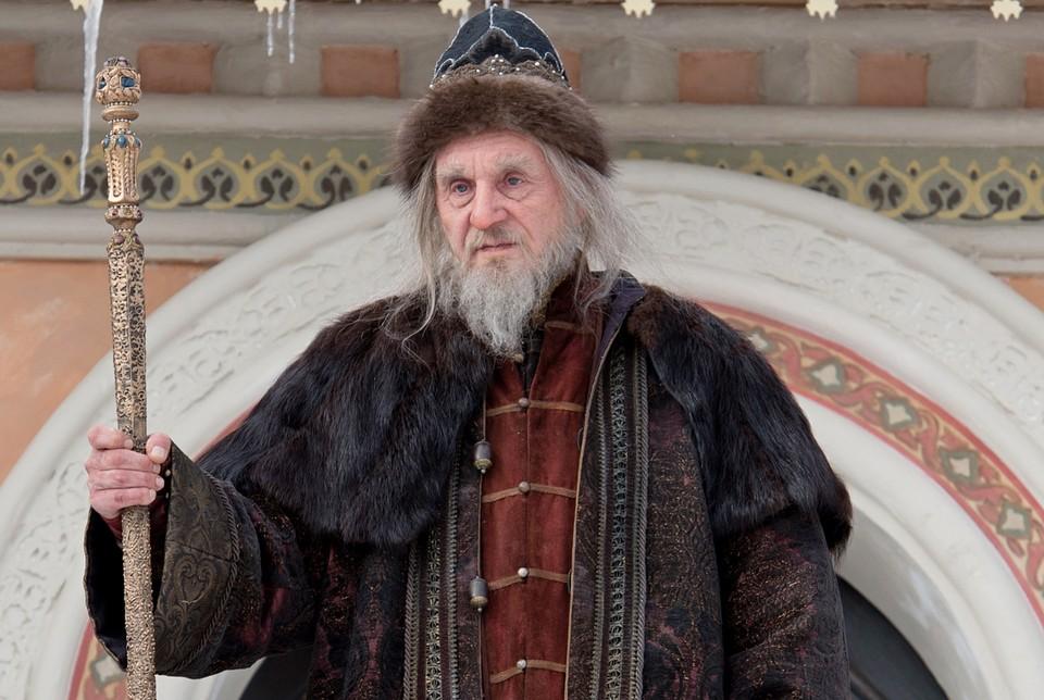 Сергей Маковецкий в роли Ивана взрослого и вовсе не пробивается через бороду, брови и космы волос.