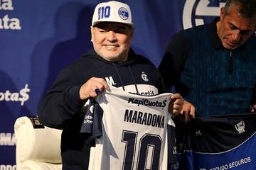 О Марадоне плачет не только Аргентина. Траур, песни, цветы: как мир прощается с лучшим футболистом планеты