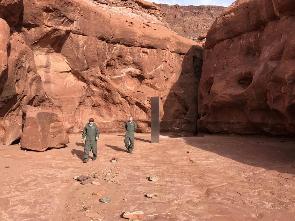 Тайна загадочного металлического монолита посреди пустыни раскрыта