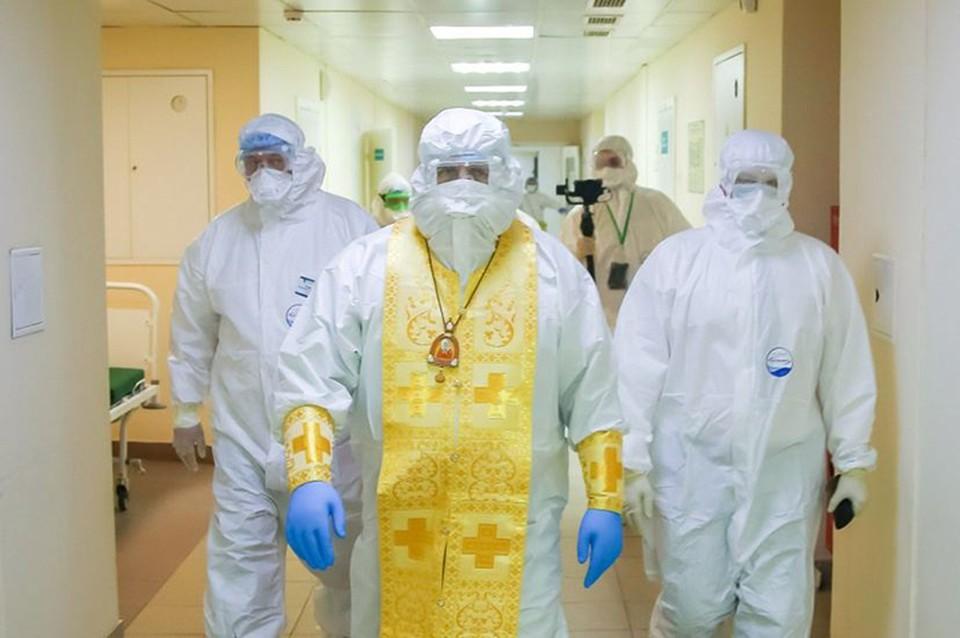 Митрополит Георгий облачился в защитный костюм и вошел «в красную зону». ФОТО: Нижегородская епархия.