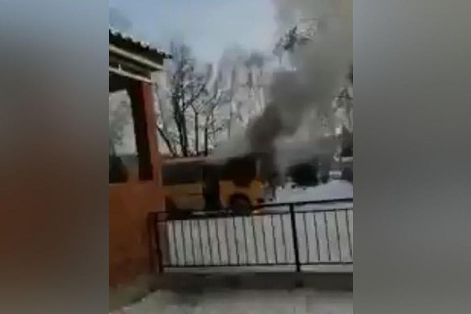 """Под Новосибирском вспыхнул школьный автобус. Фото: """"Инцидент Новосибирск"""""""
