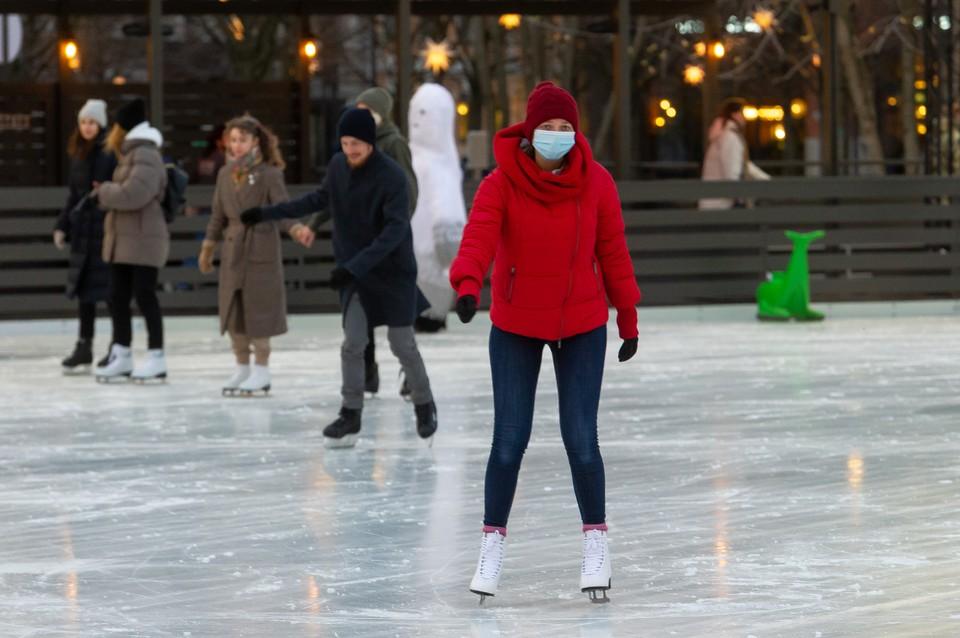 Из-за пандемии коронавируса в Москве не откроют часть катков к Новому году.