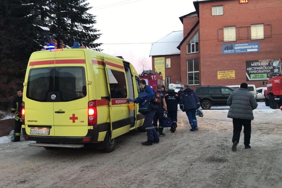 На месте работают врачи и пожарные. Фото: ГУ МЧС по Новосибирской области.