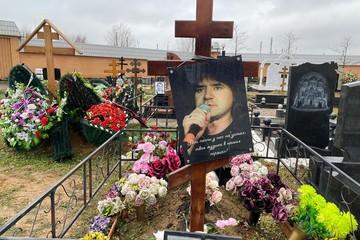 """""""Без слез не взглянешь"""": что случилось с могилой Евгения Осина через два года после похорон певца"""