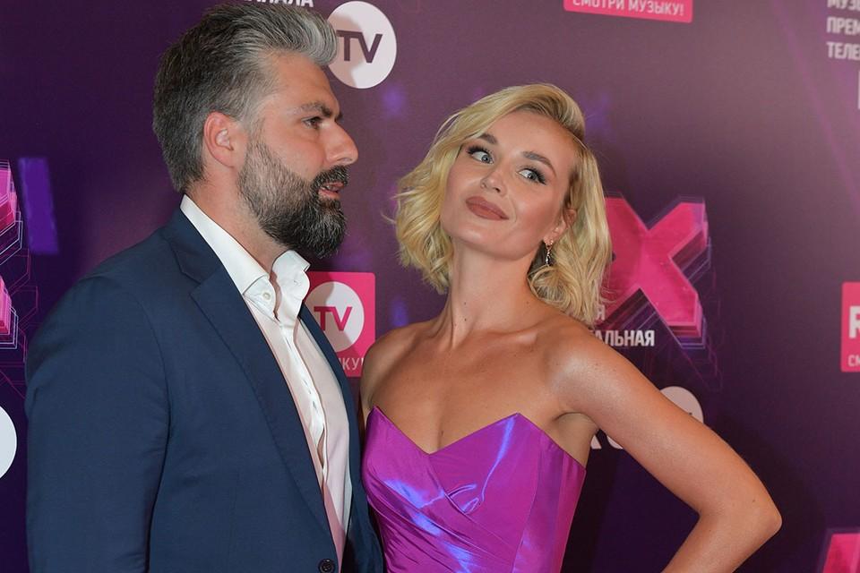 Одна из самых красивых пар шоу-бизнеса спустя год после расставания наконец подала заявление на развод.